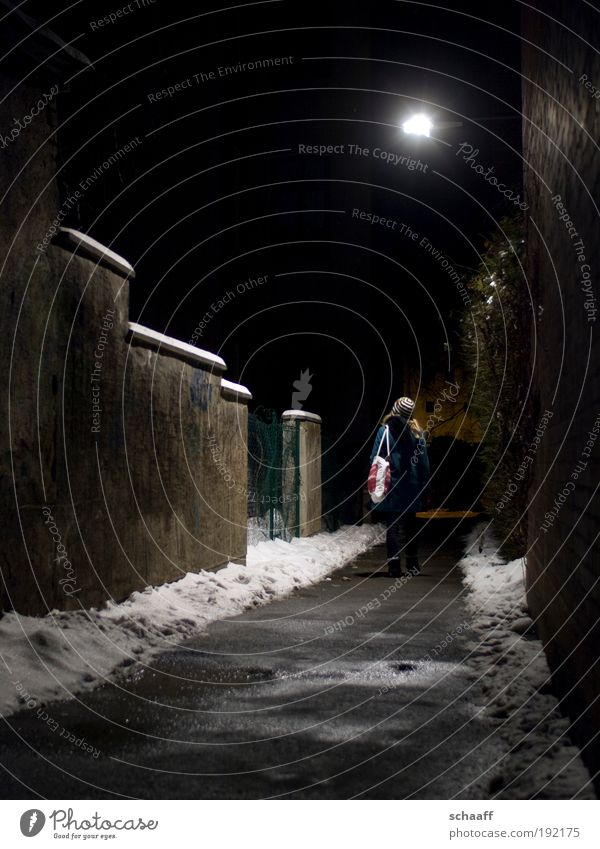 Erleuchtung III Mensch Winter Ferne Schnee Wege & Pfade Angst gehen warten laufen leuchten stehen Vergänglichkeit entdecken Tunnel Wachsamkeit frieren