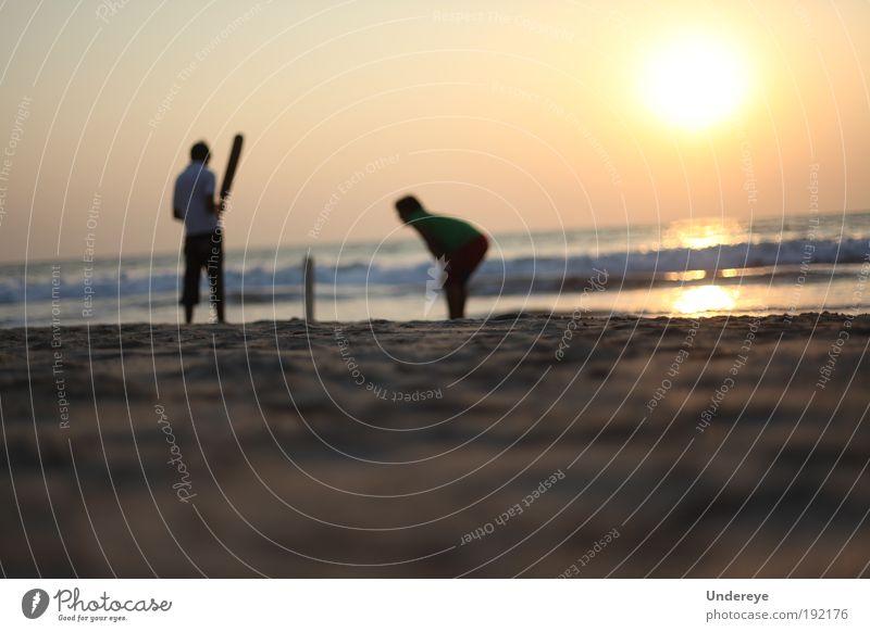Sonnenuntergang Grillen Sport Sportmannschaft Mensch Jugendliche 2 Natur Sand Luft Wasser Himmel Sommer Wärme exotisch Küste Strand Spielen gelb gold Farbe