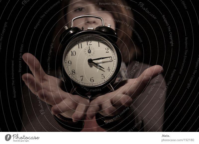 zeit läuft. Jugendliche Hand ruhig Gesicht Gefühle Stimmung Zeit Uhr Finger authentisch retro Weisheit Schwäche Vorsicht Erfahrung Wahrheit
