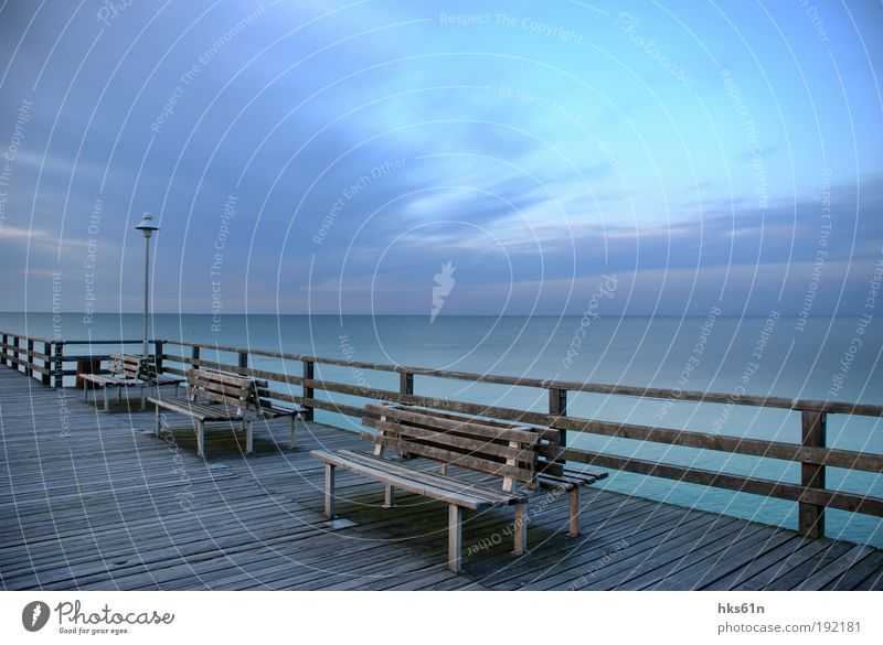 Die blaue Stunde Natur Landschaft Sonnenaufgang Sonnenuntergang Sommer Küste Ostsee Freiheit Frieden Ferne ruhig Zufriedenheit Bank Seebrücke Meer