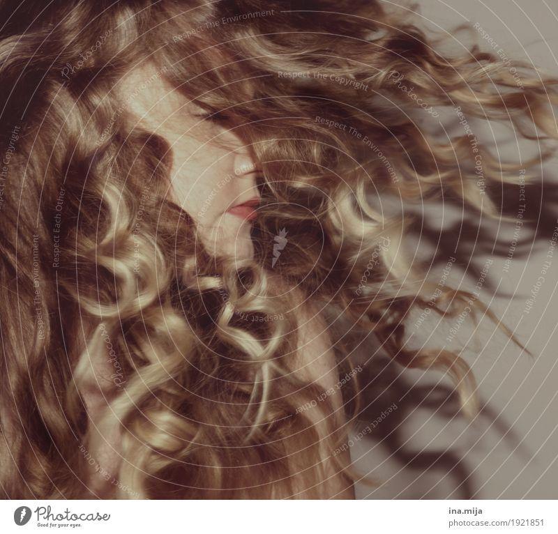 Löckchen Mensch Frau Jugendliche Junge Frau schön Erholung ruhig 18-30 Jahre Erwachsene Leben Gesundheit natürlich feminin Haare & Frisuren wild frei