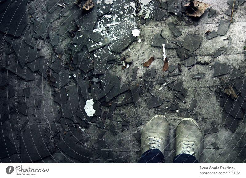 scherbenhaufen. Mauer Wand Fassade Hose Schuhe gebrauchen stehen warten Aggression bedrohlich dunkel gruselig hell rebellisch trocken braun Gefühle Langeweile
