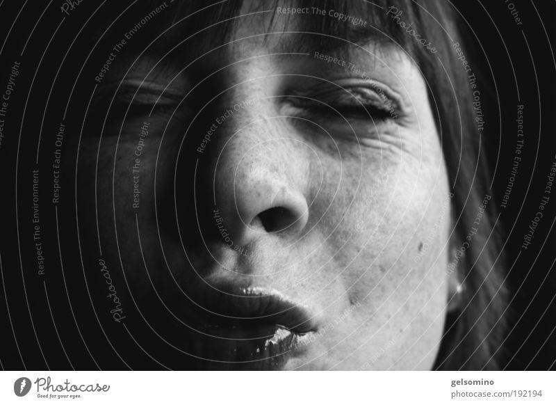 abknutschen Haare & Frisuren Haut Gesicht Kosmetik Lipgloss feminin Kopf Mund Lippen 1 Mensch 18-30 Jahre Jugendliche Erwachsene Pony Küssen leuchten