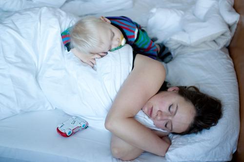 endlich ruhe! Gesundheit Häusliches Leben Wohnung Schlafzimmer Kind Baby Kleinkind Frau Erwachsene Eltern Mutter Familie & Verwandtschaft Kindheit 2 Mensch