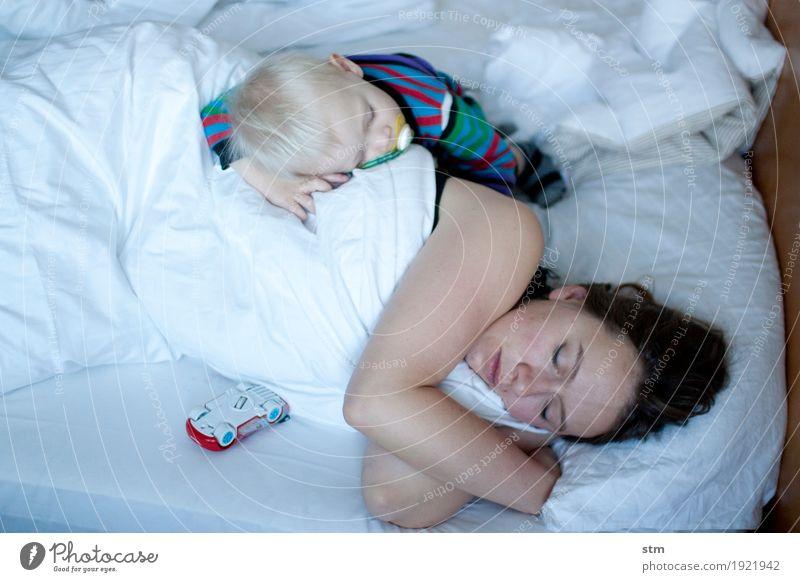 endlich ruhe! Mensch Frau Kind Jugendliche 18-30 Jahre Erwachsene Leben Gefühle Gesundheit Familie & Verwandtschaft Zusammensein Wohnung Häusliches Leben