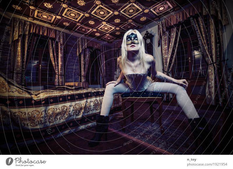 eyes wide shut schön feminin Junge Frau Jugendliche Körper 1 Mensch 18-30 Jahre Erwachsene Burg oder Schloss Strümpfe Unterwäsche Tattoo Maske Damenschuhe blond