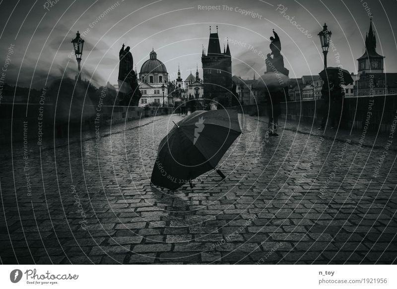 Rainy Day Prag Tschechien Europa Stadt Hauptstadt Altstadt Kirche Brücke Tor Sehenswürdigkeit Wahrzeichen Karlsbrücke laufen dunkel historisch grau schwarz weiß