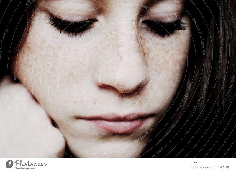 erst denken, dann überlegen feminin Jugendliche Gesicht 1 Mensch Denken Blick träumen ruhig genießen Wimpern brünett Sommersprossen nachdenklich Farbfoto