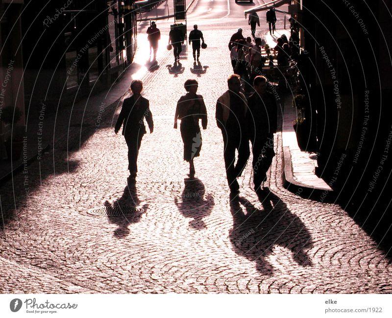 people are everywhere Mensch Haus Spaziergang Menschengruppe Schatten Kopfsteinpflaster ...