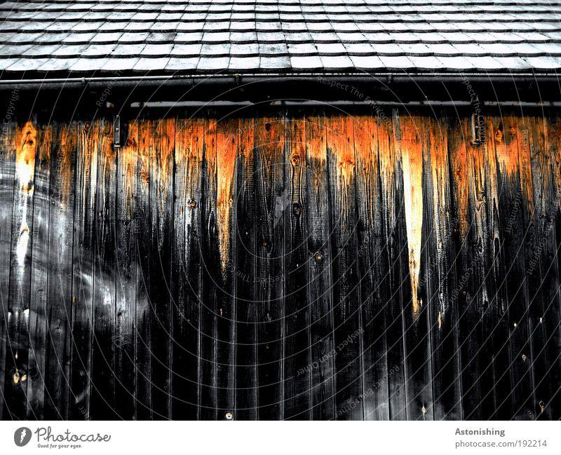 Feuer unterm Dach Haus schwarz gelb Wand oben Holz Mauer Gebäude Linie Architektur trist Dach bedrohlich Backstein Landwirtschaft Hütte