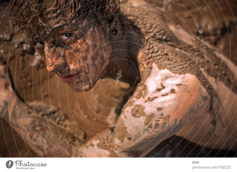 schmutzfink Mensch Jugendliche Freude Erholung dreckig maskulin liegen einzigartig Wellness Junger Mann Gelassenheit Mann brünett Vogelperspektive selbstbewußt Schlamm
