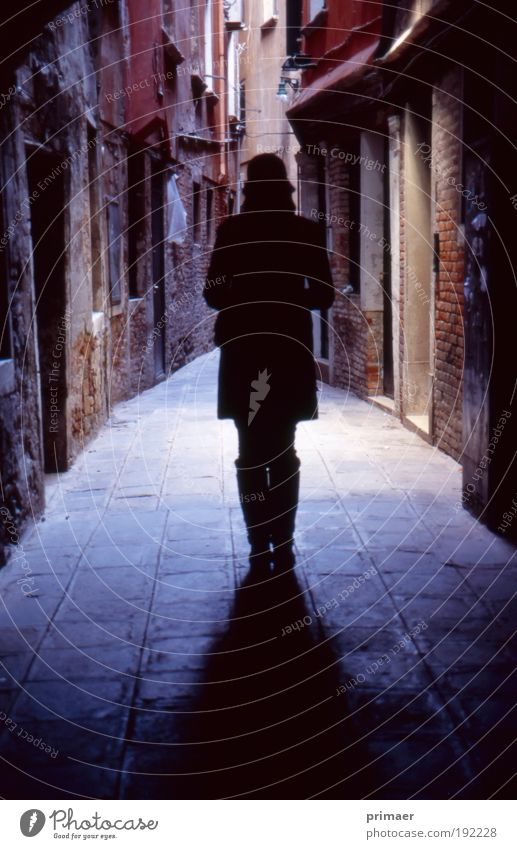 Venedig Junge Frau Jugendliche Stadt Altstadt Menschenleer Haus Gebäude Hut atmen beobachten entdecken träumen Traurigkeit bedrohlich dunkel gruselig blau