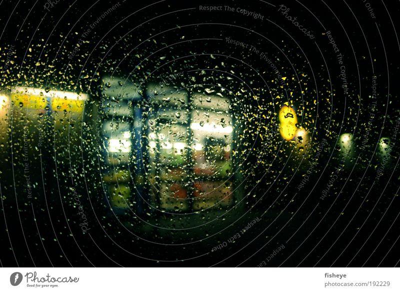 Sauwetter blau Einsamkeit gelb kalt dunkel Regen Tür nass Wassertropfen trist Langeweile Verzweiflung schlechtes Wetter Frustration Enttäuschung Licht