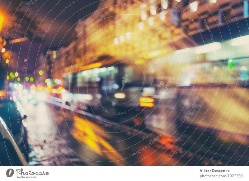 Die Straßenbahn fährt schnell in die Straßen von Riga Farbe Stadt Landschaft dunkel gelb Leben Bewegung Stil Gebäude Kunst hell Regen Verkehr Europa