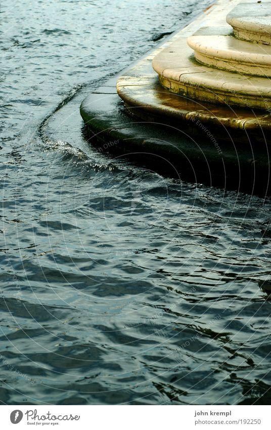Land unter Wasser Regen Küste Meer Venedig Italien Hafenstadt Haus Treppe Terrasse Schifffahrt Passagierschiff Solidarität Angst Verzweiflung ästhetisch
