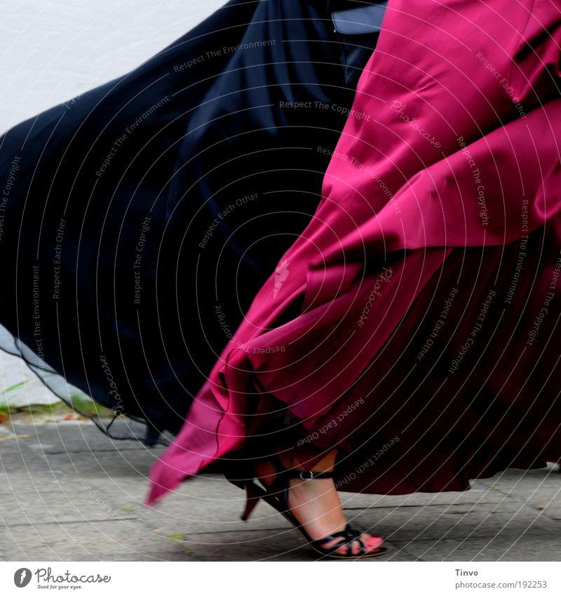 [KI09.1.] Aschenputtels böse Schwestern rot schwarz kalt Bewegung Stil Feste & Feiern gehen Fuß Mode Zusammensein Freundschaft glänzend Design elegant Wind