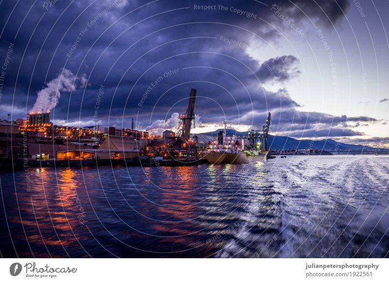 Fabrik mit Hafen von River at Dawn Himmel Pflanze Umwelt Gebäude Wasserfahrzeug Metall Technik & Technologie Energie Industrie Fluss erleuchten Wirtschaft