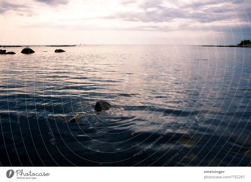 meer Natur Meer Sommer ruhig Wolken Ferne Stein Küste glänzend Umwelt Frieden bedrohlich Unendlichkeit Gelassenheit Bucht Schönes Wetter