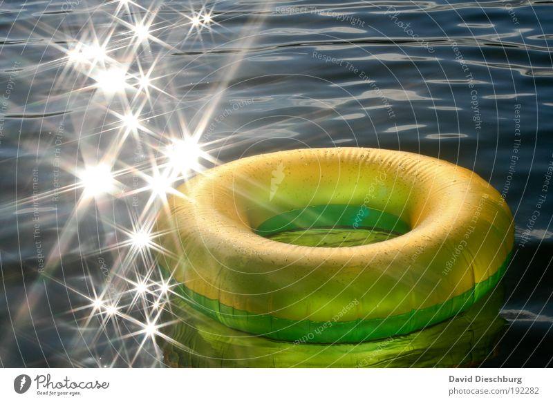 Heiratsantrag an den Sommer Ferien & Urlaub & Reisen Wasser Schönes Wetter Wellen Meer See gelb grün weiß Schwimmhilfe Stern (Symbol) Kreis glänzend Farbfoto