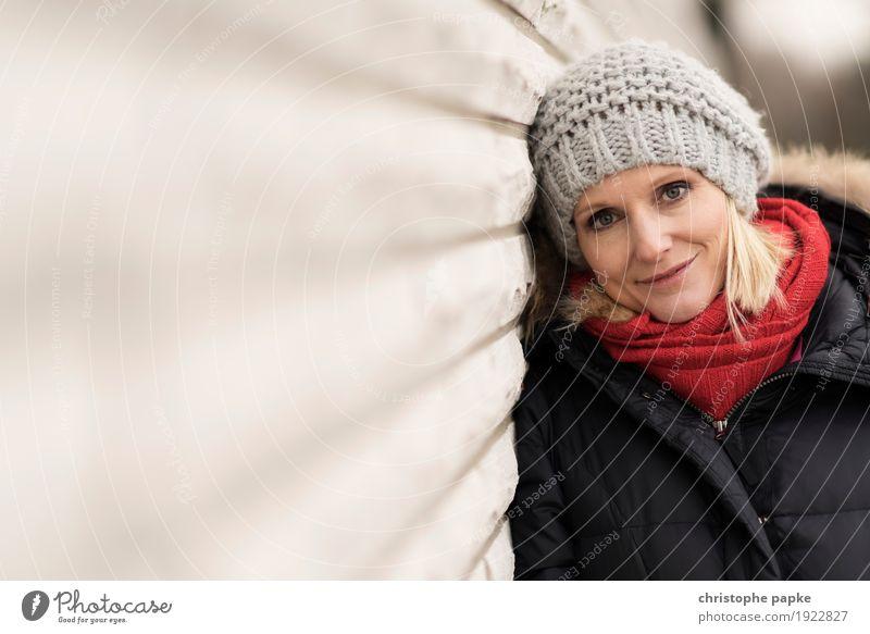 Rotschälchen / Graukäppchen Mensch Frau Jugendliche Junge Frau schön Gesicht Erwachsene Wand Mauer blond Lächeln Mütze Mantel Schal 30-45 Jahre