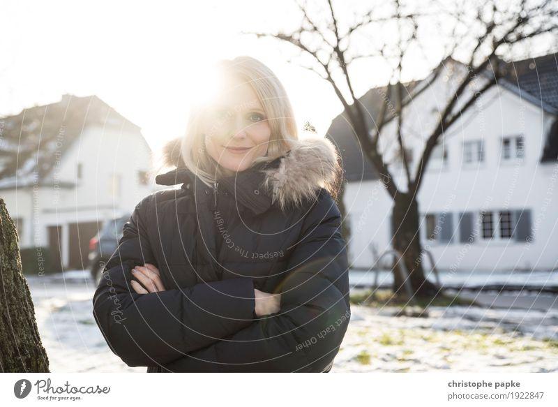 Erleuchtet Mensch feminin Junge Frau Jugendliche Erwachsene 1 18-30 Jahre 30-45 Jahre Sonne Winter Schönes Wetter Schnee Baum Haus Einfamilienhaus Park blond