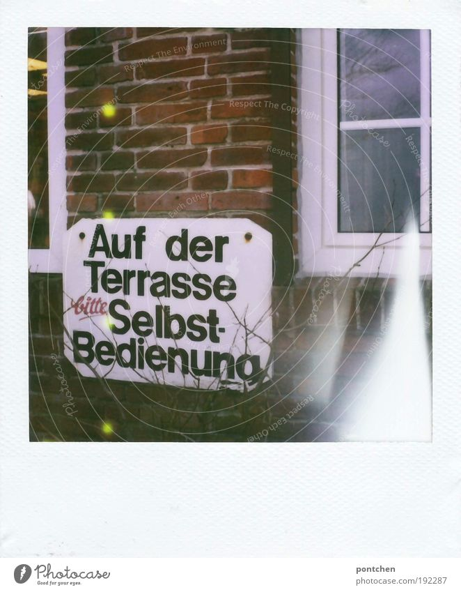 """Schild mit der Aufschrift """"auf der Terrasse Selbstbedienung"""" hängt an einer backsteinwand. Gastronomie Haus Restaurant alt ästhetisch Schilder & Markierungen"""