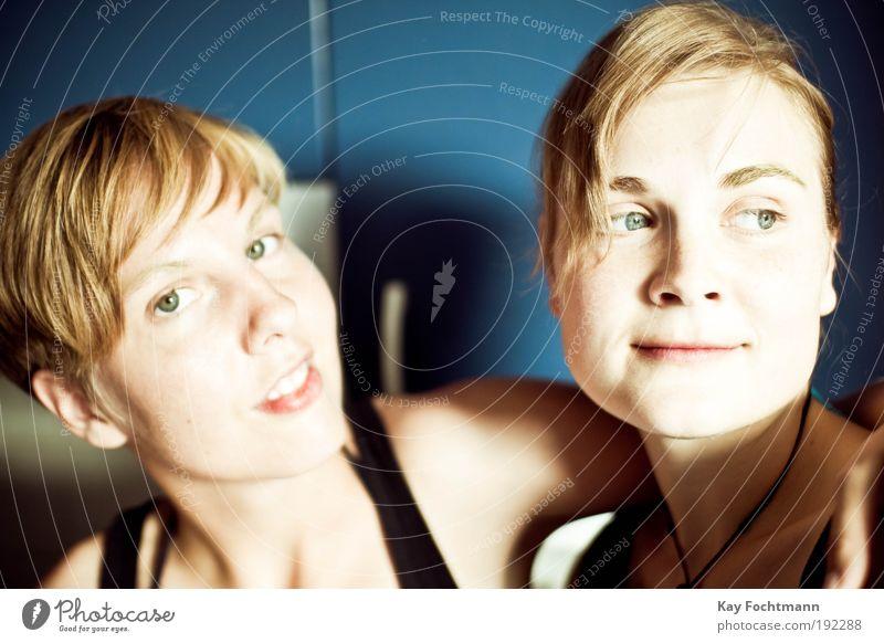 . Häusliches Leben Küche Mensch feminin Junge Frau Jugendliche Freundschaft Kopf Haare & Frisuren Gesicht 2 18-30 Jahre Erwachsene blond Scheitel beobachten