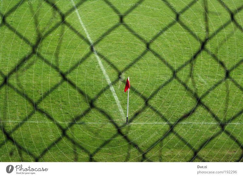 Fortuna gehen die Spieler aus Freizeit & Hobby Sport Ballsport Sportstätten Fußballplatz Wiese grün Zaun Maschendrahtzaun Fahne Eckfahne Eckstoß Sportrasen