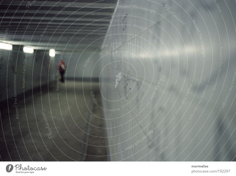 durch den untergrund gehen Mensch Stadt Ferien & Urlaub & Reisen Umwelt dunkel Wand Graffiti Mauer Angst Treppe Ausflug Verkehr trist Bankgebäude Jacke Verkehrswege