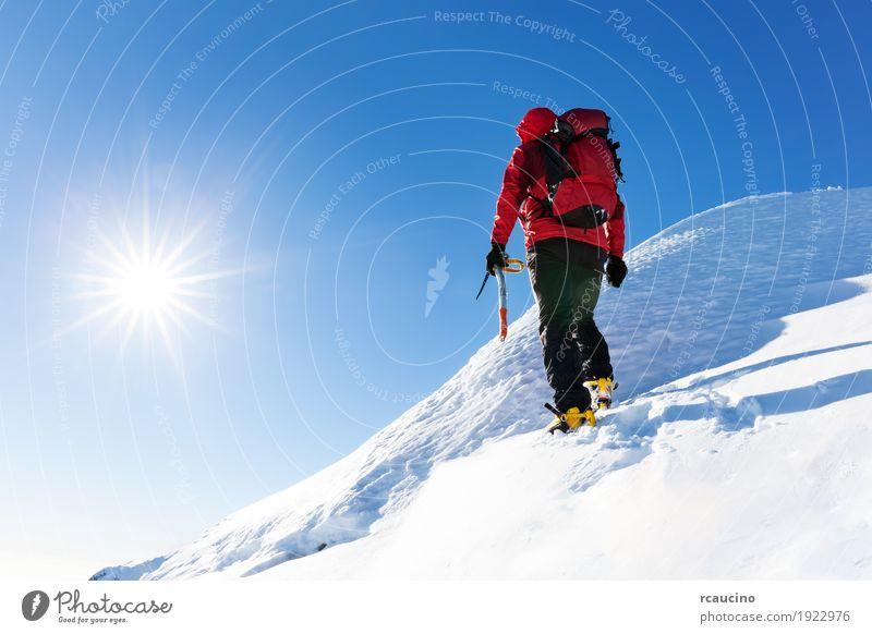 Mensch Natur Ferien & Urlaub & Reisen Mann Farbe Landschaft rot Einsamkeit Winter Berge u. Gebirge Erwachsene Schnee Sport Textfreiraum wandern Kraft