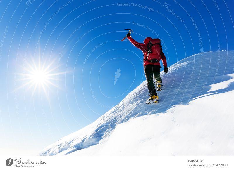 Mensch Natur Ferien & Urlaub & Reisen Mann Farbe Landschaft rot Einsamkeit Winter Berge u. Gebirge Erwachsene Schnee Sport wandern Kraft Erfolg