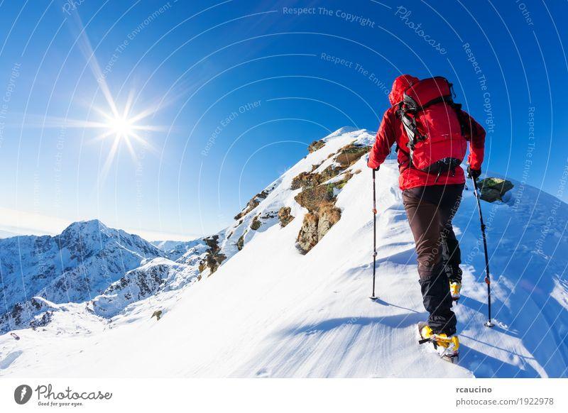 Mensch Natur Ferien & Urlaub & Reisen Mann blau Farbe Landschaft rot Einsamkeit Winter Berge u. Gebirge Erwachsene Schnee Sport Textfreiraum wandern