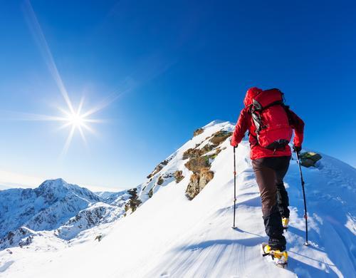 Bergsteiger an der Spitze einer schneebedeckten Spitze in den Alpen. Mensch Natur Ferien & Urlaub & Reisen Mann blau Farbe Landschaft rot Einsamkeit Winter