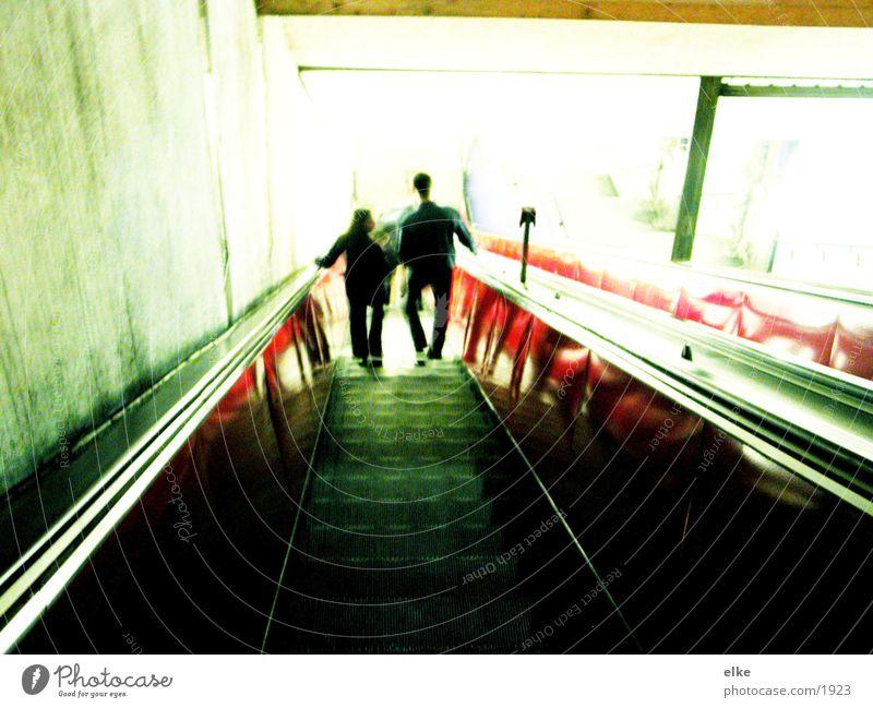 das licht ruft Rolltreppe Licht rot grün Neonlicht Verkehr Mensch Kontrast