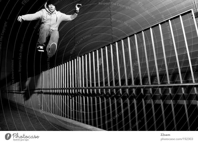 rückwärts Mensch Jugendliche Erwachsene dunkel Wand Architektur Bewegung springen Mauer Gebäude Stil elegant fliegen maskulin ästhetisch außergewöhnlich