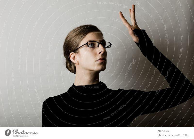 ... Mensch feminin 1 nerdig Spießer Brillenträger gestikulieren Hand streng ernst berühren trist eitel grau Farbfoto Gedeckte Farben Studioaufnahme Wegsehen