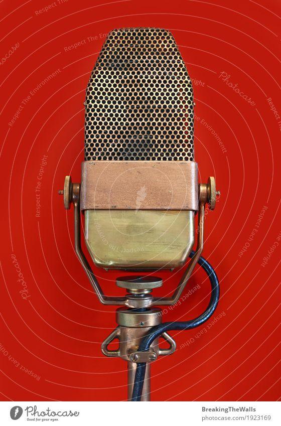 Vintages altes Retro Vokalmetallmikrofon über Rot rot Metall retro Musik Technik & Technologie historisch Kabel Konzert Mikrofon Hardware Antiquität Stimme
