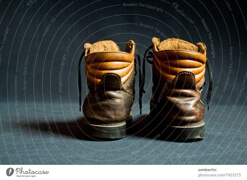 Schuhe again alt dunkel gebraucht Leder Lederschuhe Krachlederne paarweise Stiefel Textfreiraum Winter Wanderschuhe winterfest 2 Neigung Schuhabsatz Bekleidung