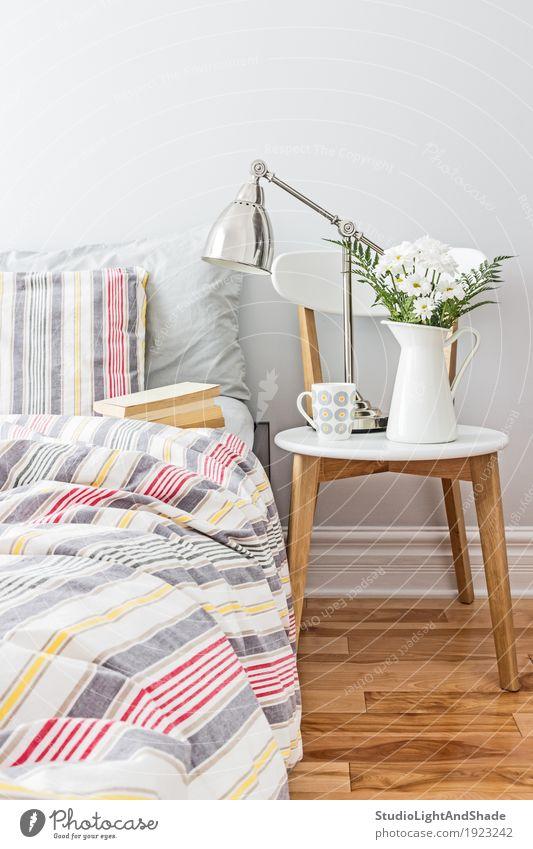 Frisch und hell Schlafzimmer Dekor Farbe weiß Blume rot Erholung Haus gelb Innenarchitektur Stil Holz Lampe grau Design Wohnung Metall