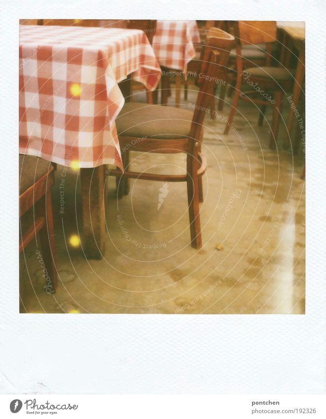 Polaroid zeigt Tische und Stühle in einem restaurant. Gastraum. Rot-weiß karierte Tischdecke. Ferien & Urlaub & Reisen Tourismus Ausflug einrichten