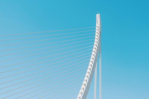 Weiße abstrakte Brücken-Struktur auf Himmel Ferien & Urlaub & Reisen blau Sommer Farbe Stadt weiß Straße Architektur Gebäude Kunst außergewöhnlich Tourismus
