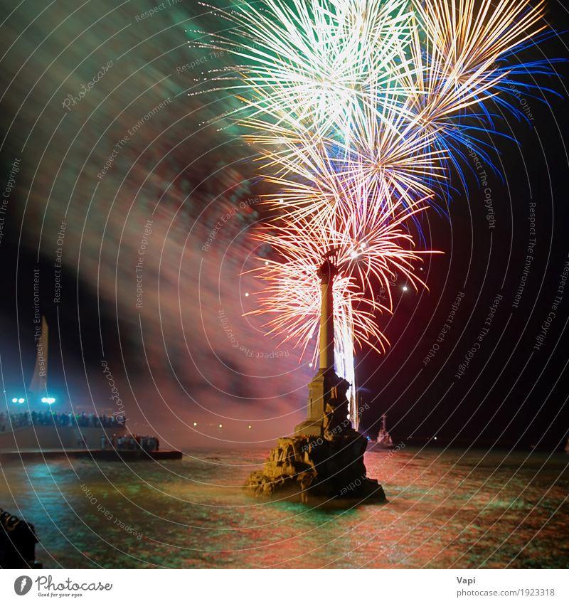 Buntes Feuerwerk Himmel blau Weihnachten & Advent Farbe grün Wasser weiß rot Freude dunkel schwarz gelb Feste & Feiern Party See orange