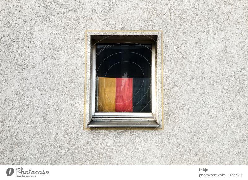 das alles ist Deutschland Lifestyle Häusliches Leben Wohnung Mauer Wand Fassade Fenster Dekoration & Verzierung Deutsche Flagge Fahne trist Stolz