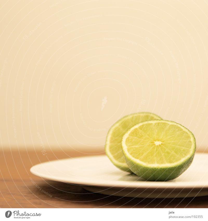 Limette, Limone oder Limonelle grün gelb Ernährung Lebensmittel Holz Gesundheit Frucht ästhetisch Tisch Teller Bioprodukte Vitamin Geschmackssinn Saft