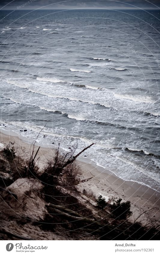Winterstrand Kur Strand Landschaft Sand Wasser schlechtes Wetter Wellen Küste Ostsee blau grau Einsamkeit ostseebad Rügen kalt Farbfoto Außenaufnahme