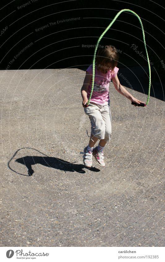 kindsein. trotzdem. Mensch Kind Jugendliche Mädchen Spielen springen Kindheit Lebensfreude 8-13 Jahre sozial Kinderspiel achtsam Jugendkultur Selbstbeherrschung seilhüpfen Vor dunklem Hintergrund