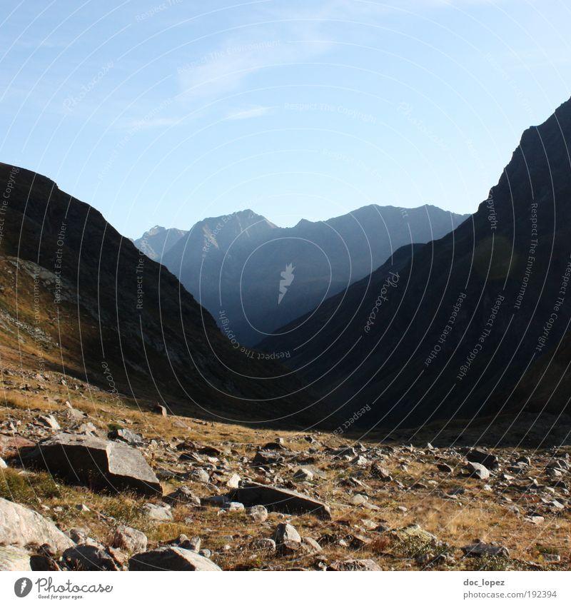 """da runter???"" Berge u. Gebirge Umwelt Natur Landschaft Himmel Hügel Felsen Alpen Gipfel Menschenleer atmen genießen Glück Lebensfreude Mut Ausdauer Müdigkeit"