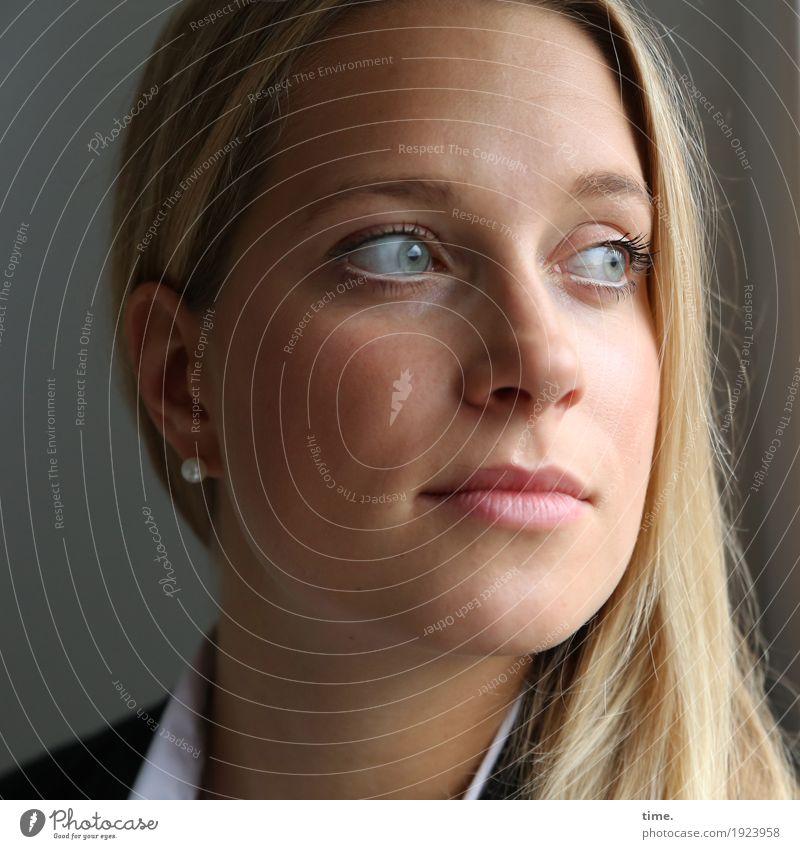 . Mensch Frau schön Erwachsene feminin Zeit Denken nachdenklich blond ästhetisch Perspektive warten beobachten Neugier Jacke Wachsamkeit