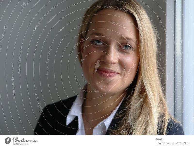 . Raum feminin Frau Erwachsene 1 Mensch Fenster Hemd Jacke blond langhaarig beobachten Lächeln Blick warten Freundlichkeit Fröhlichkeit schön Zufriedenheit
