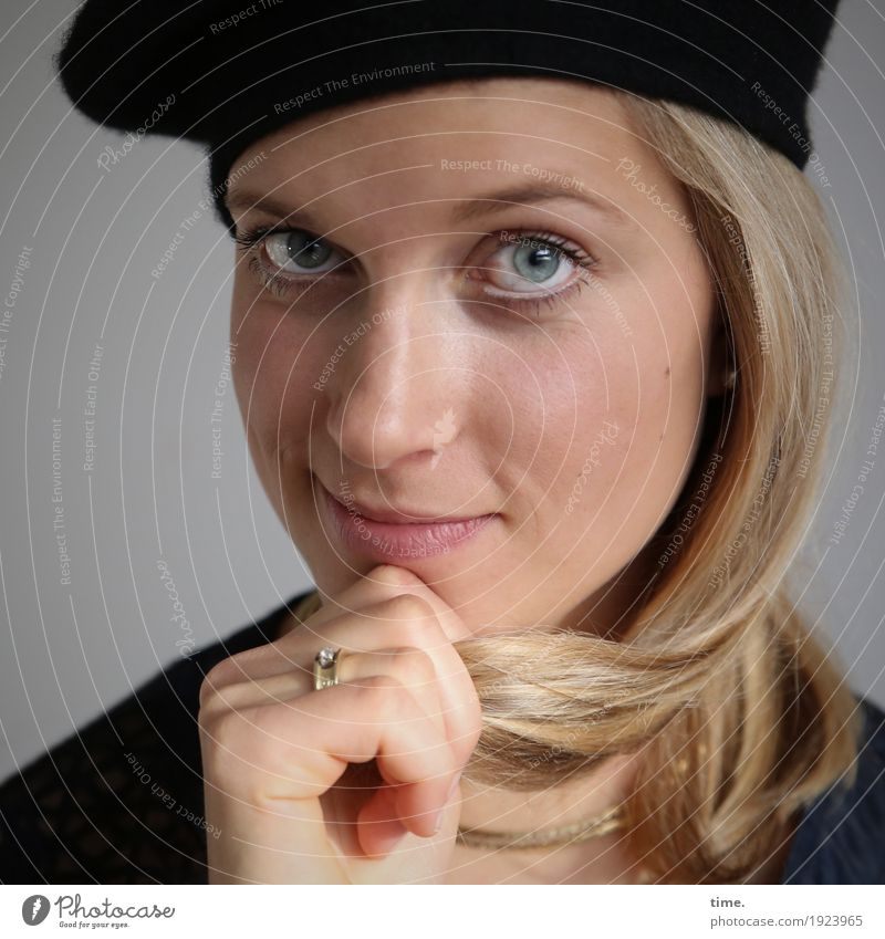 . feminin Frau Erwachsene 1 Mensch Jacke Ring Mütze blond langhaarig beobachten festhalten Lächeln Blick lernen warten Freundlichkeit listig schön selbstbewußt